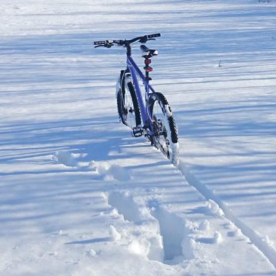 Fahrrad in tiefem Schnee
